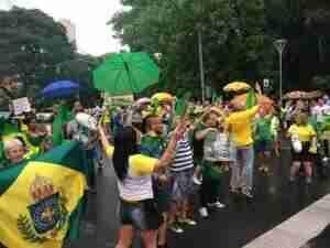 Manifestantes comemoram condenação de Lula na avenida Goethe | Foto: Felipe Samuel / Especial / CP