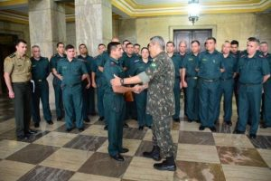 Se aprovada a intervenção, general Braga Netto (à direita) comandará a segurança pública no Rio. Foto: Comando Militar do Leste / Divulgação / CP