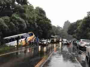 O ônibus ficou parcialmente tombado e o carro destruído. Foto: Felipe Dorneles / Especial / CP
