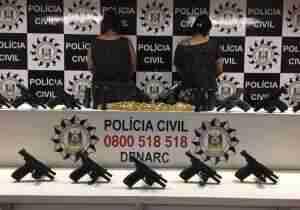 Mãe e filha foram presas enquanto transportavam as armas | Foto: Polícia Civil / Divulgação