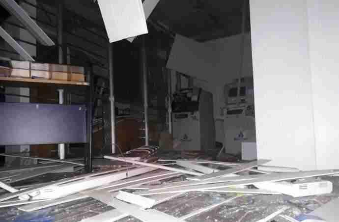 Criminosos explodiram dois caixas eletrônicos | Foto: Rogério Machado / Especial / CP