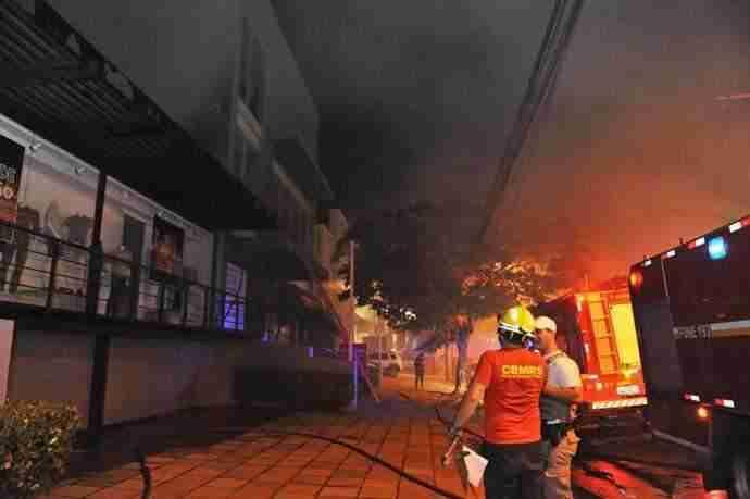 Duas viaturas combateram as chamas nas proximidades do shopping Iguatemi | Foto: Alina Souza/Correio do Povo