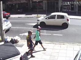 Suspeitos foram filmados por câmeras de segurança de estabelecimentos comerciais da região, na esquina entre a avenida Bento Gonçalves e a Barão do Amazonas. Foto: Divulgação/PC