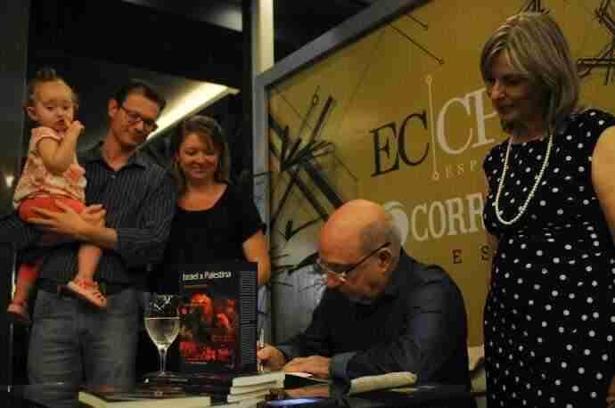 Jurandir autografou a obra revisada no Chalé da Praça XV. Foto: Ricardo Giusti/CP