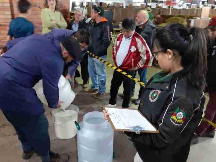 Pagamento por sólidos totais pode ajudar o pequeno produtor de leite. Atualmente, volume para pagamento é medido em litros.. Foto: divulgação AgroUrbano