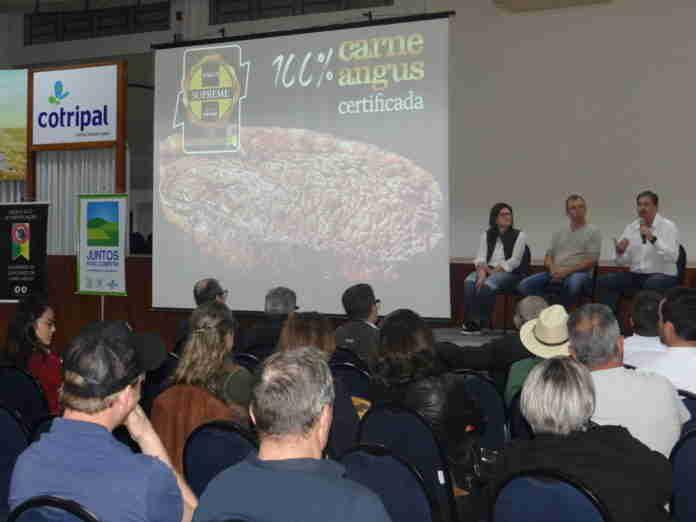 Como trabalhar e proteger o solo das propriedades foi o tema central da palestra. Crédito: Stéphany Franco