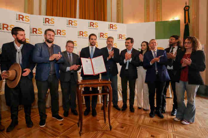 Governador Eduardo Leite sancionou lei sobre educação ao lado de deputados estaduais | Foto: Felipe Dalla Valle/Palácio Piratini