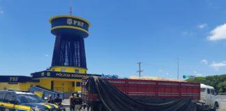 Motorista e ajudante foram presos pelo transporte irregular de bebidas | Foto: Divulgação/PRF-RS