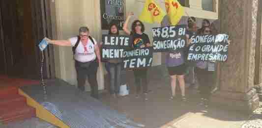 Professores derramaram leite na entrada da Federasul | Foto: Alina Souza/Correio do Povo