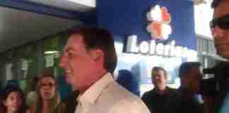 Bolsonaro visitou casa lotérica na manhã desta quinta-feira | Foto: Reprodução/Estadão