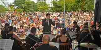 Evandro Matté regeu a apresentação de Natal da Orquestra de Câmara Theatro São Pedro, na manhã deste domingo, no Parque Germânia | Foto: Alina Souza/Correio do Povo
