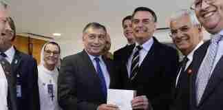 Presidente da Confederação Israelita, ao lado do presidente Jair Bolsonaro, comentou declaração nazista de secretário do governo | Foto: Divulgação/Conib