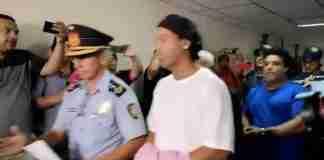 Ronaldinho e Assis permanecerão no país enquanto as autoridades investigam sobre o uso de passaportes falsos   Foto: Reprodução/ ABC TV