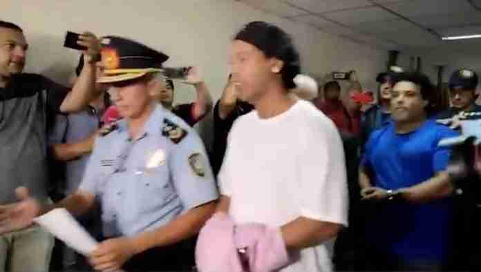 Ronaldinho e Assis permanecerão no país enquanto as autoridades investigam sobre o uso de passaportes falsos | Foto: Reprodução/ ABC TV