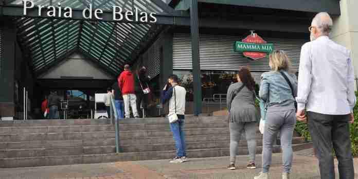 Apesar do fraco movimento, filas se formaram nas entradas devido a medição da temperatura de todos que entram nos shoppings   Foto: Mauro Schaefer/Correio do Povo