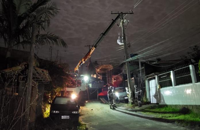 Equipes seguem trabalhando para restabelecer o fornecimento de energia | Foto: Divulgação/CEEE
