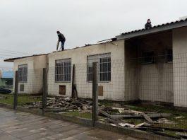 Equipes trabalham no reparo dos danos do ciclone bomba em Tramandaí | Foto: Maxwell Bernardes/Especial