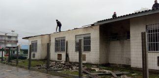 Equipes trabalham no reparo dos danos do ciclone bomba no Hospital de Tramandaí | Foto: Maxwell Bernardes/Especial
